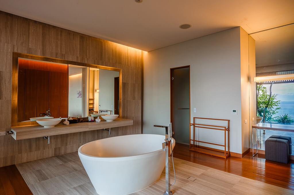Baan Banyan - Suite Room 3 ensuite bathtub