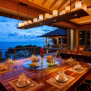 Baan Banyan - Dining room in the evening